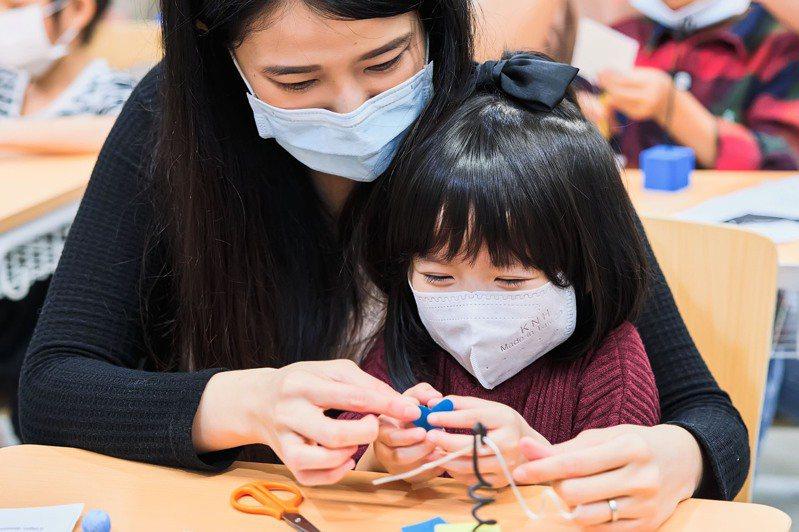 家長與孩子共同參與藝術課程還能增進親子感情。圖/聯合數位文創提供