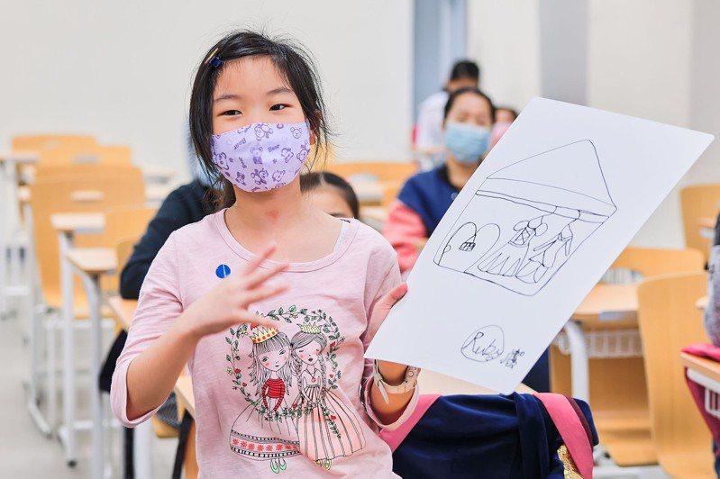 小朋友開心向全班展示自己的作品。圖/聯合數位文創提供