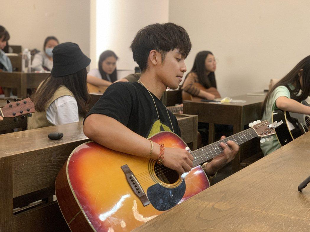 鼓鼓前進實踐大學吉他社展開團練。圖/相信音樂提供