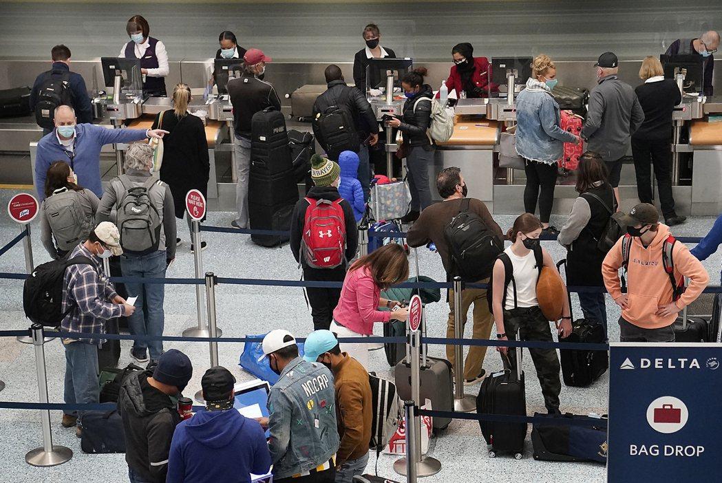 26日是美國感恩節,明尼亞波利斯機場25日出現排隊購票返鄉人潮。雖然美國疫情嚴重...