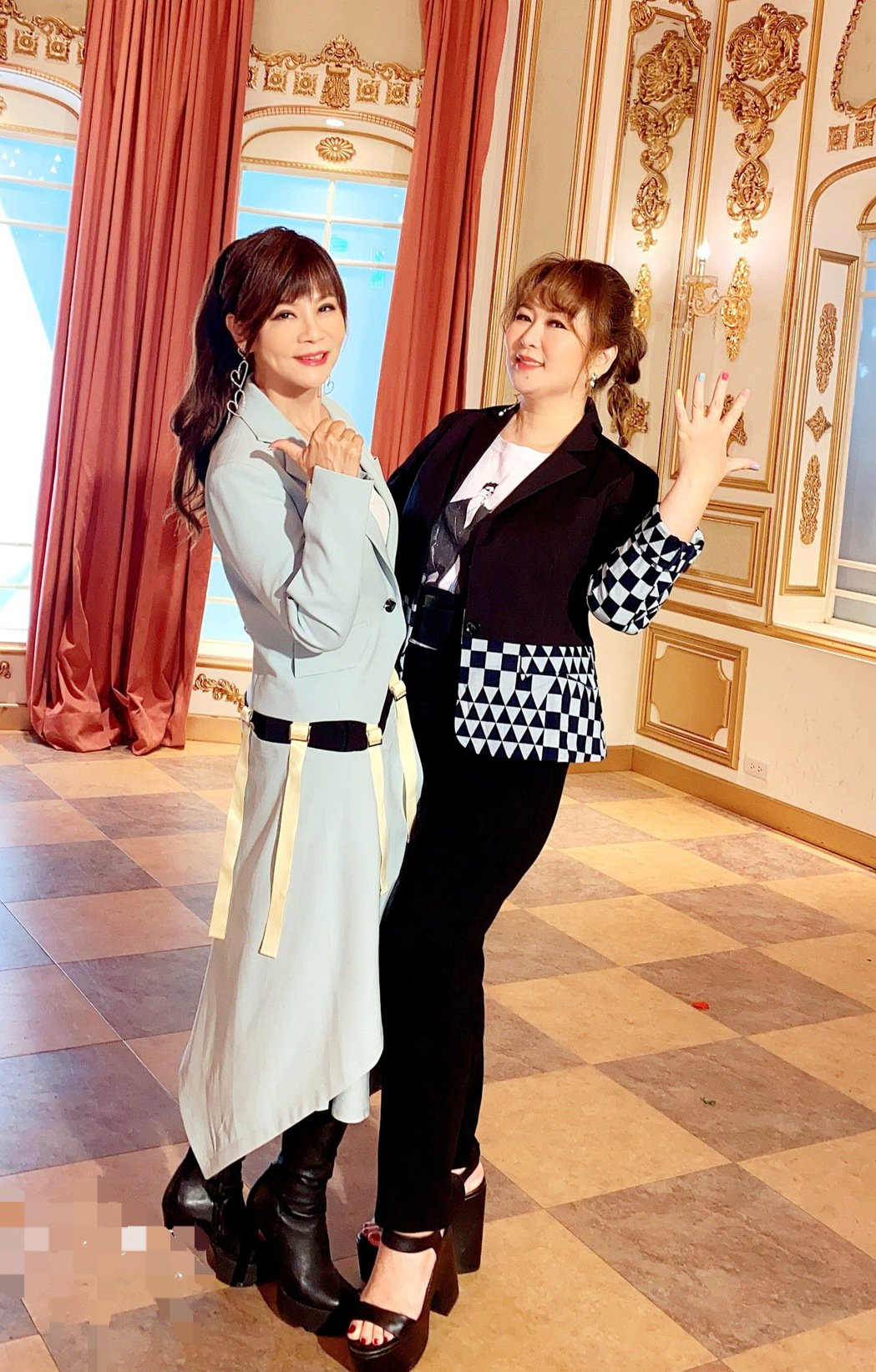 龍千玉(左)邀請相識25年的好姐妹張秀卿對唱。圖/豪記唱片提供