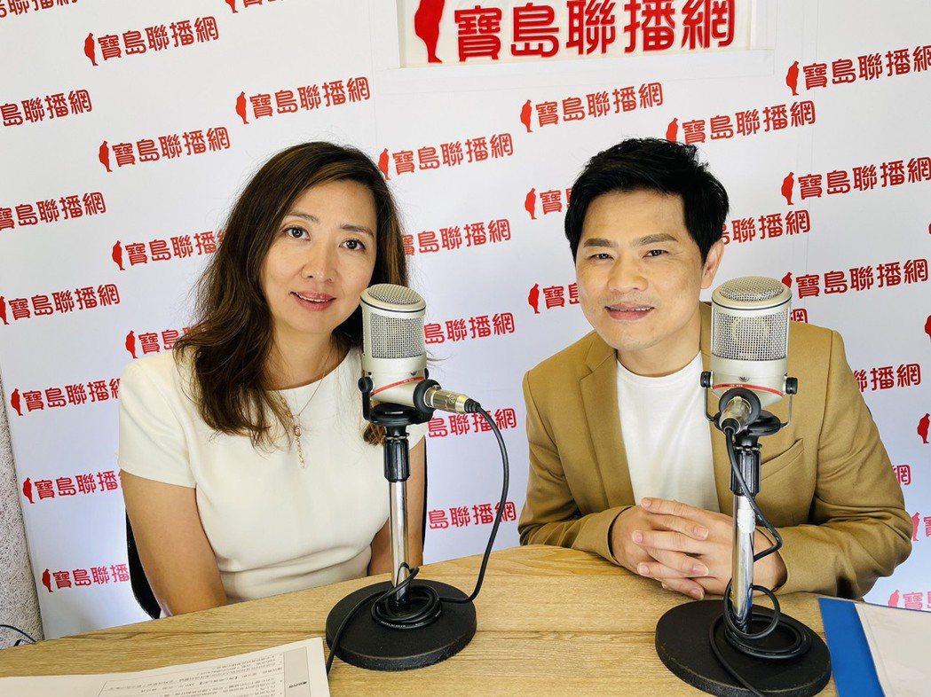 蘇明淵(右)接受鄧惠文訪問。圖/紅豆娛樂提供