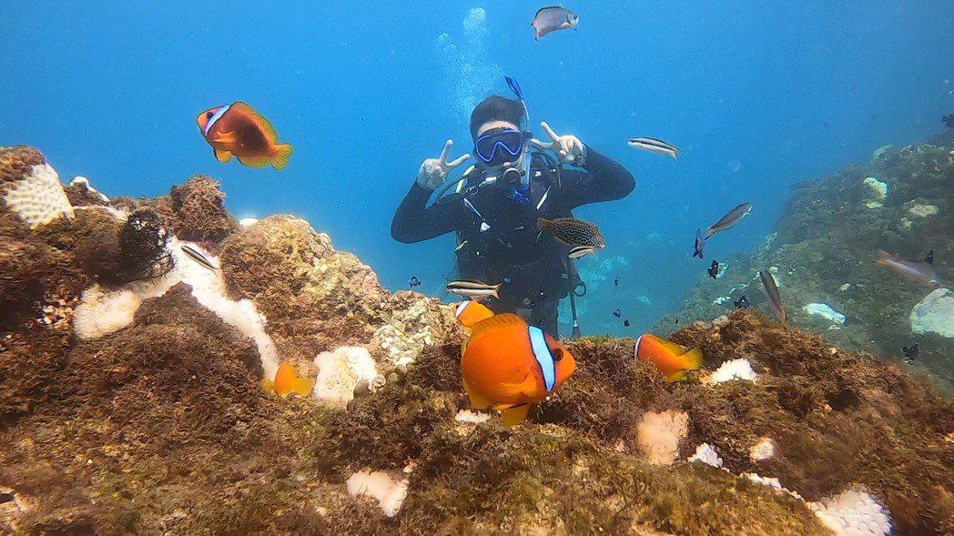 大Q秉洛(吳忠明)考取初級潛水員執照。圖/众悅娛樂提供
