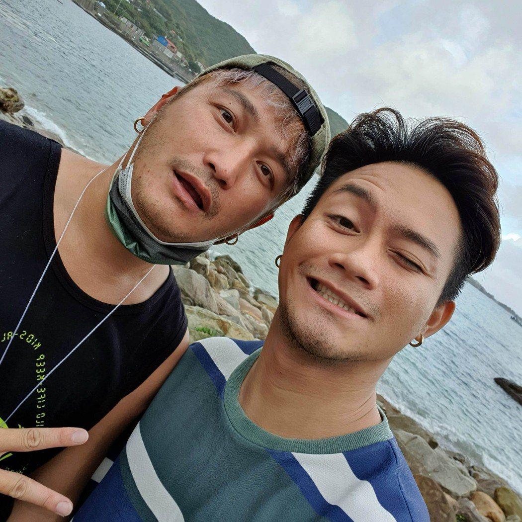 吳忠明(右)更名「大Q秉洛」重新出發,相約KID淨灘。圖/众悅娛樂提供