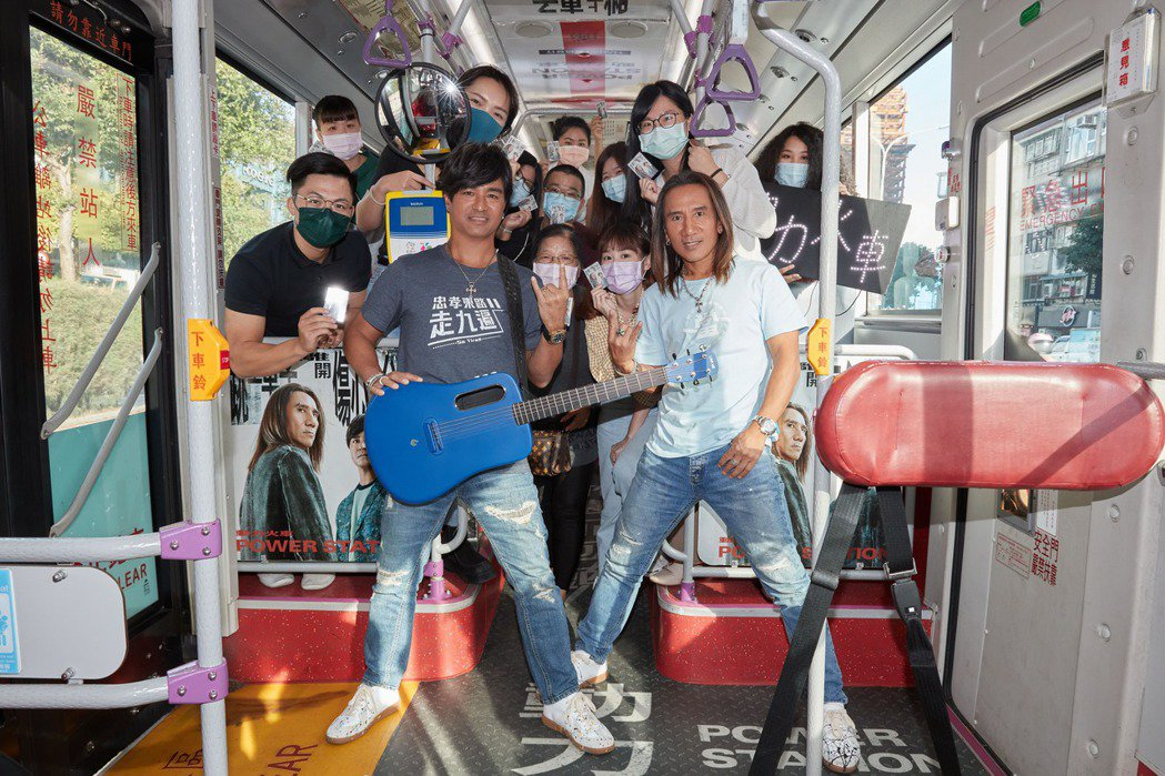 動力火車08 動力火車與粉絲在公車上近距離互動。圖/華研國際提供