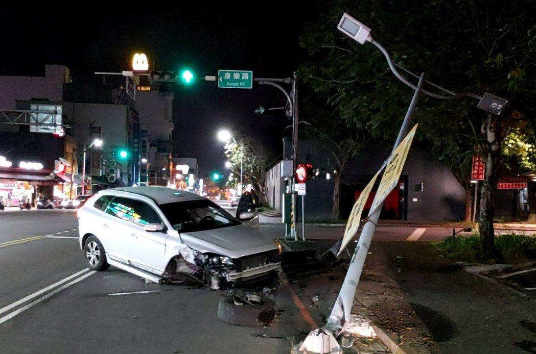 影/「瑞典坦克」撞路燈車頭撞爛人無傷 網:戰車果然神