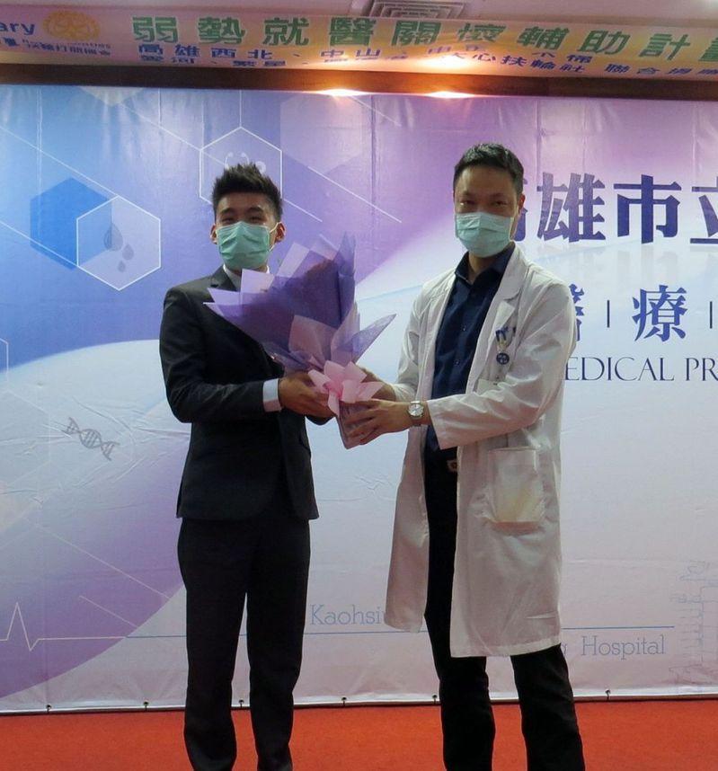 張先生(左)因臍尿管畸型,痛到走路需彎腰,至民生醫院就醫,才解除長年大患。右為蕭睿琥醫師。圖/高市民生醫院提供