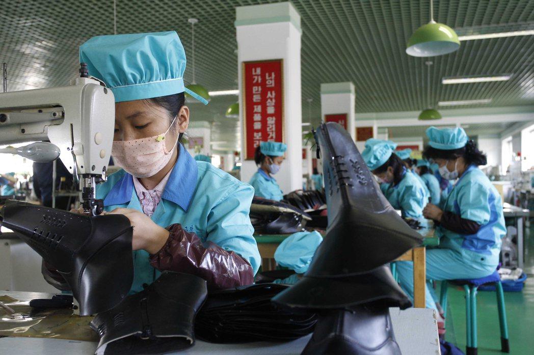 北韓貿易受疫情的衝擊更甚於制裁。圖為北韓江原道元山市元山鞋廠的工人10月28日縫...