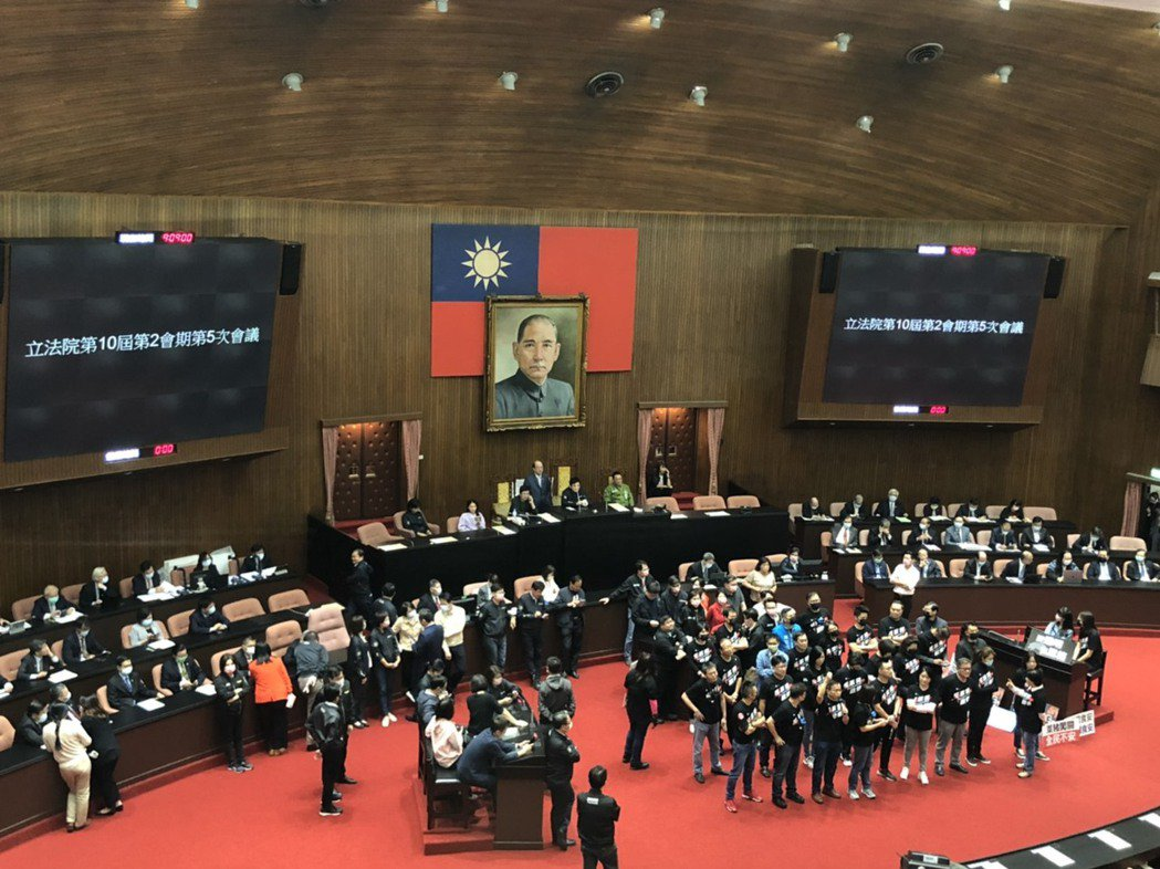 為了蘇貞昌的施政報告,立法院藍綠互槓中。記者賴于榛/攝影