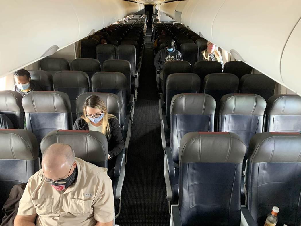 日本實驗發現,機上乘客在座椅椅背往後傾斜的狀態下咳嗽時,飛沫會在機內擴散開來。法...