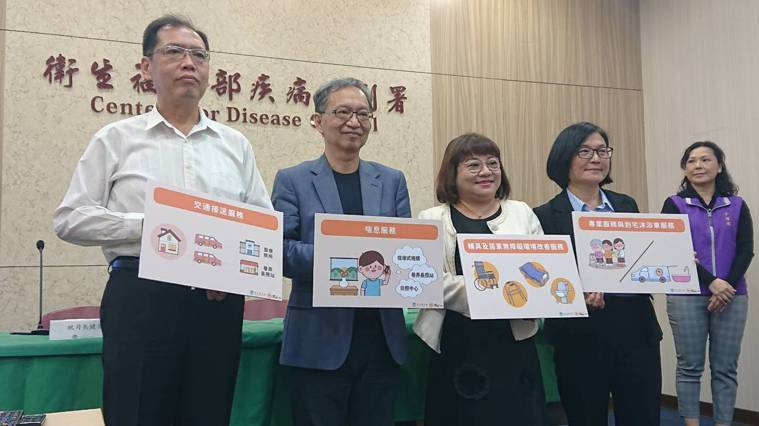 衛福部次長薛瑞元(左二)今宣布「擴大外籍看護工家庭使用喘息服務計畫」對象,自10...