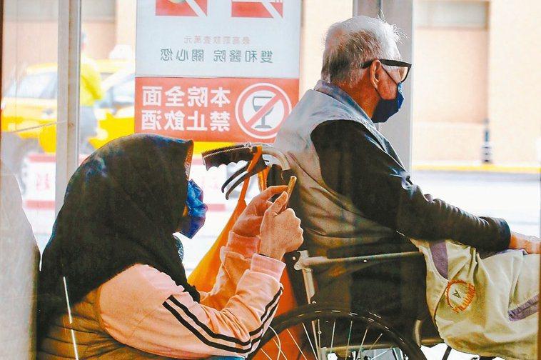 自109年12月1日起放寬服務對象,經評估長照2至8級者,如其所聘外籍家庭看護休...