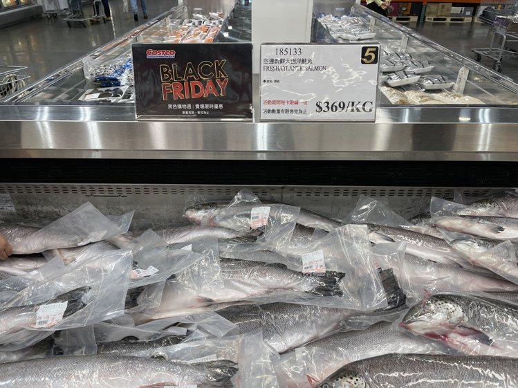 空運新鮮大西洋鮭魚每公斤369元。記者黃筱晴/攝影