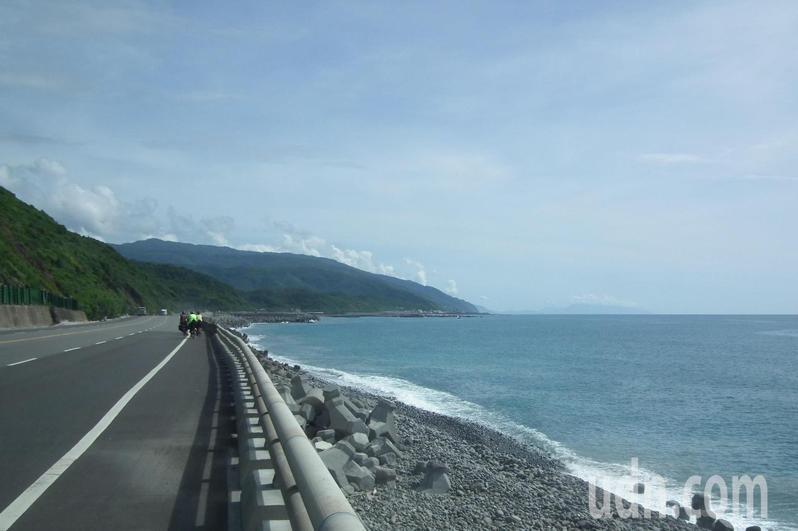 交通部運輸研究所公布報告,台東南迴公路南興段現灘岸寬度僅存約50公尺,面臨海浪侵蝕危機。記者尤聰光/攝影