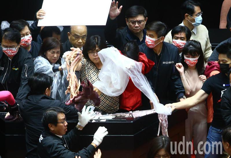 行政院長蘇貞昌上午赴立法院做施政報告,國民黨立委不滿民進黨團護航,祭出「豬內臟」攻擊,拿出豬內臟往台上丟,民進黨立委王美惠隨即抓起內臟回丟。記者葉信菉/攝影