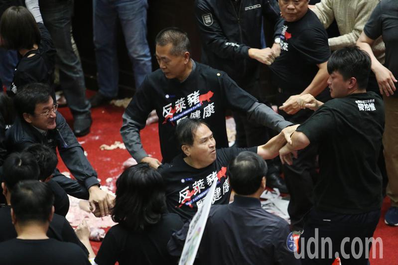國民黨立委不滿反萊豬訴求未受重視,祭出「豬內臟」攻擊往台上丟,隨後藍綠立委發生扭打,陳柏惟跟藍委嚴重肢體衝突。記者許正宏/攝影