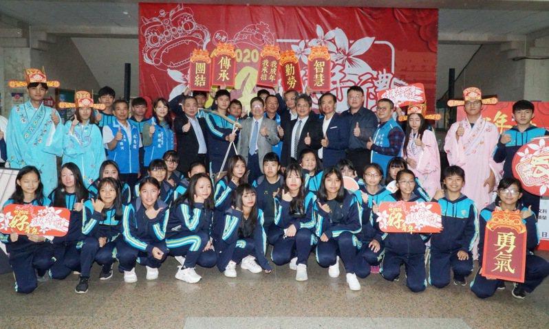 仰德高中學生今天代表出席成年禮記者會,活動將在12月4日當天正式舉行。記者巫鴻瑋/攝影