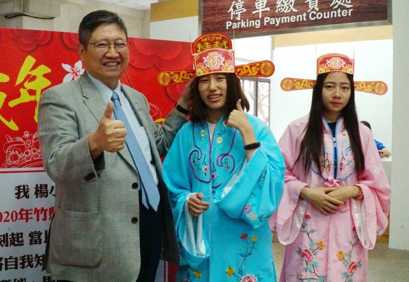 縣長楊文科期望透過成年禮活動,讓來參加的10所公私立高中學子,都能展現良好品格。記者巫鴻瑋/攝影