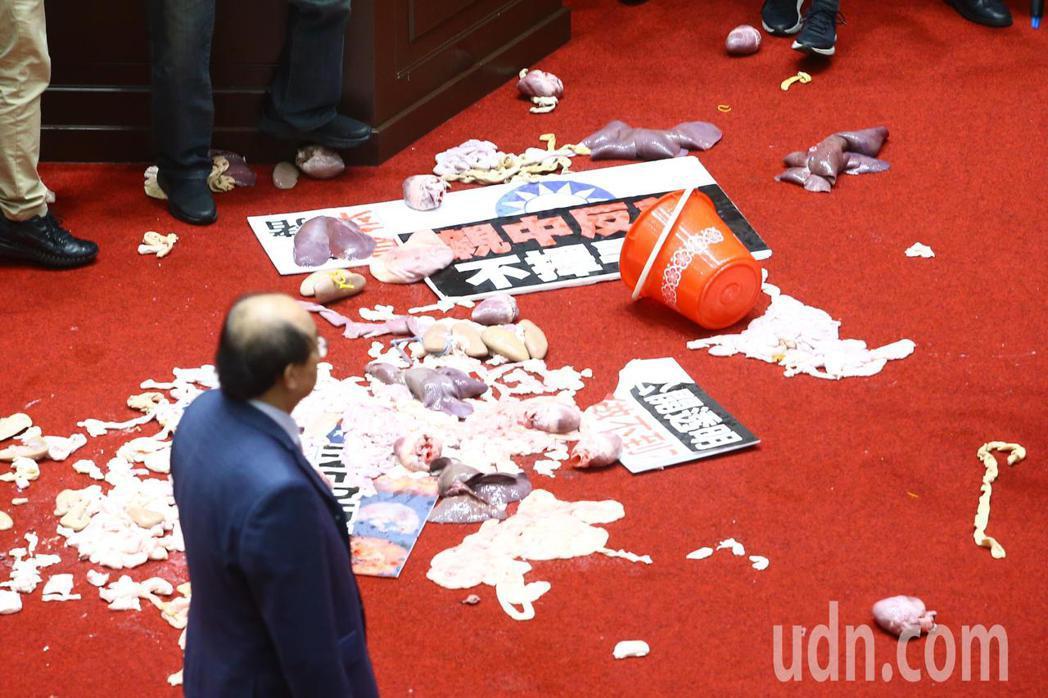 國民兩黨上午在議場內針對萊豬議題進行攻防戰,行政院院長蘇貞昌上台報告時遭國民黨立...
