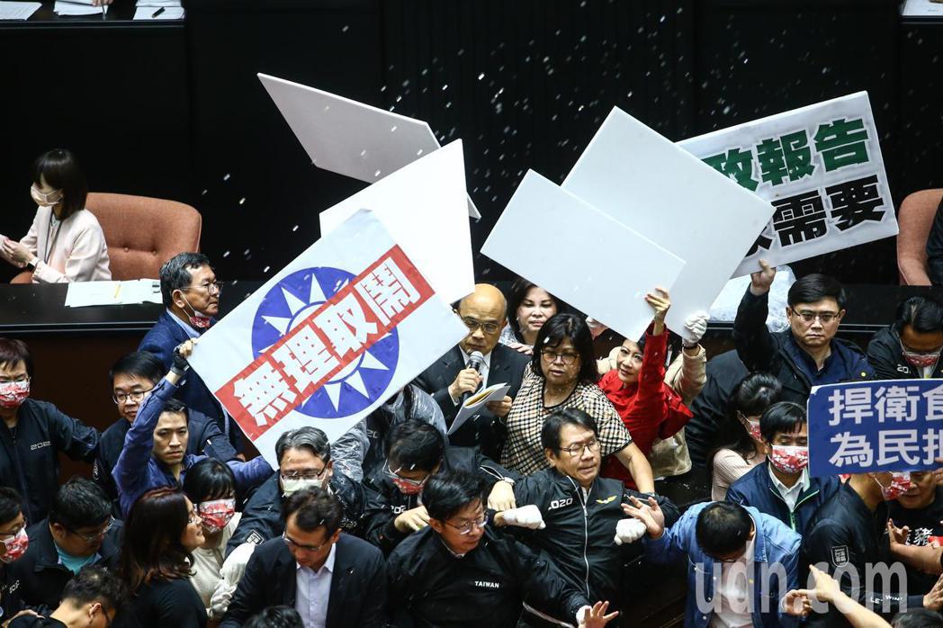 國民兩黨上午在議場內針對萊豬議題進行攻防戰,行政院院長蘇貞昌(中)上台報告時遭國...