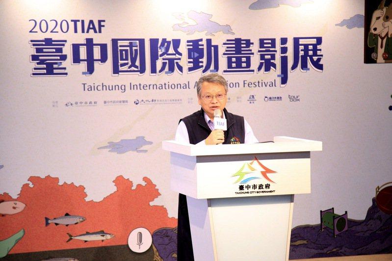 台中市副市長令狐榮達今天攜手今年評審團為影展揭開序幕,並揭曉今年影展「3D立體翻銅獎座」。記者喻文玟/攝影