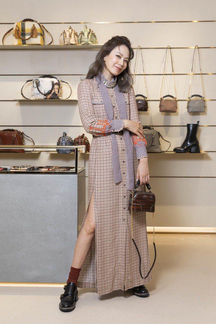 Melody以Chloé格紋高叉洋裝11萬9,300元、格紋領巾26,400元、...