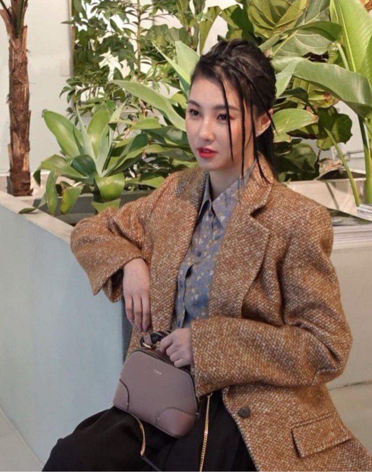 孫瑩瑩選用Chloé Daria粉色迷你肩背手提兩用包款,47,300元。圖/取...