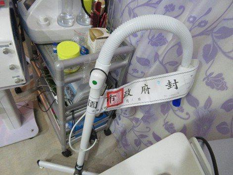 桃園市衛生局在現場查扣美白藥劑與相關來源不明的醫療儀器。圖/桃園市衛生局提供