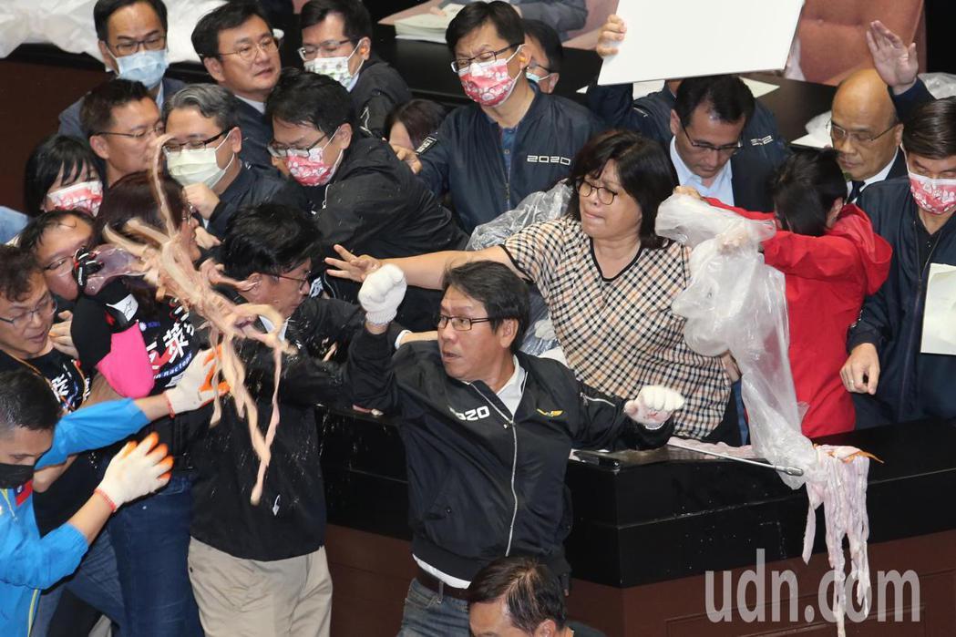 立法院上午進行院會,行政院長蘇貞昌(右二)在民進黨立委的包圍下上台報告,國民黨立...