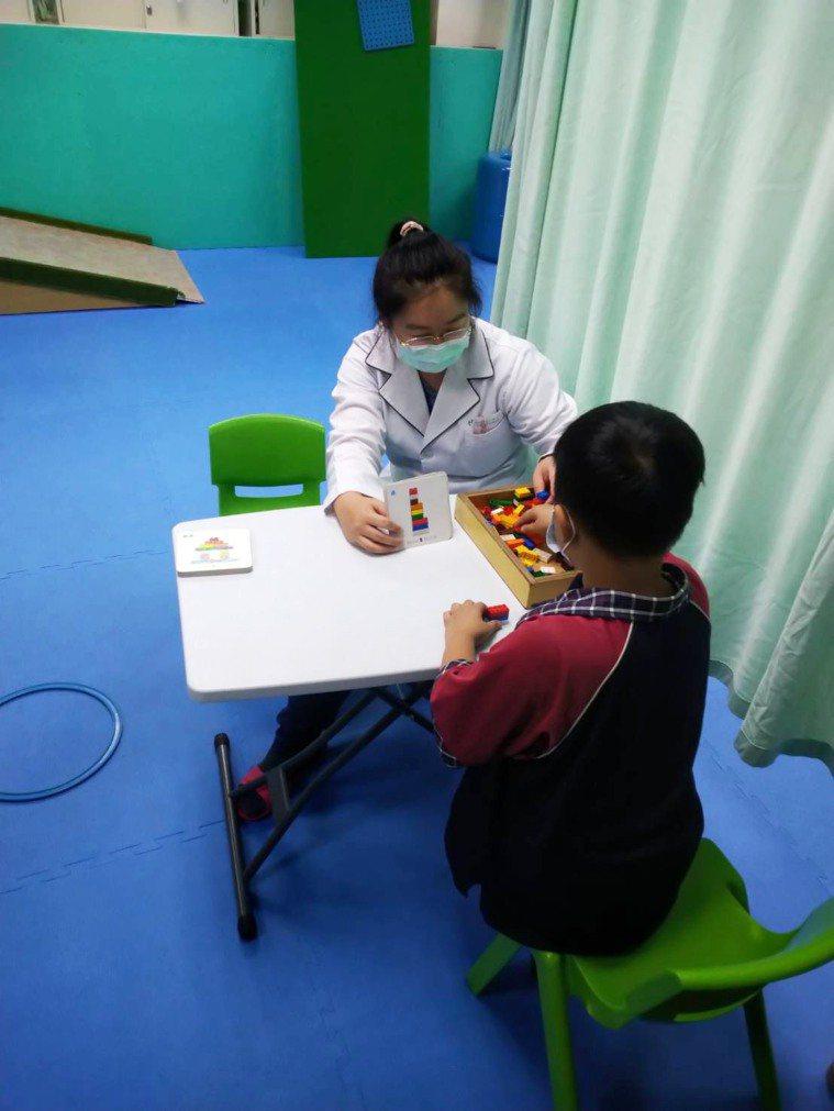 嬰幼兒若到3歲還不能張嘴講話,有可能是發育遲緩,竹山秀傳醫院建議把握3歲以前的治...
