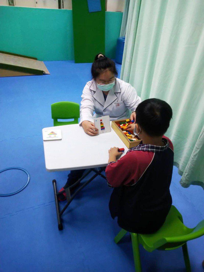 嬰幼兒若到3歲還不能張嘴講話,有可能是發育遲緩,竹山秀傳醫院建議把握3歲以前的治療黃金期。圖/竹山秀傳醫院提供