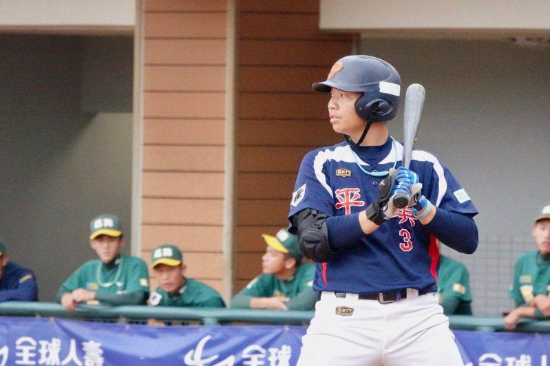 平鎮高中陳佳樂在黑豹旗青棒賽打擊表現穩定。記者蘇志畬/攝影