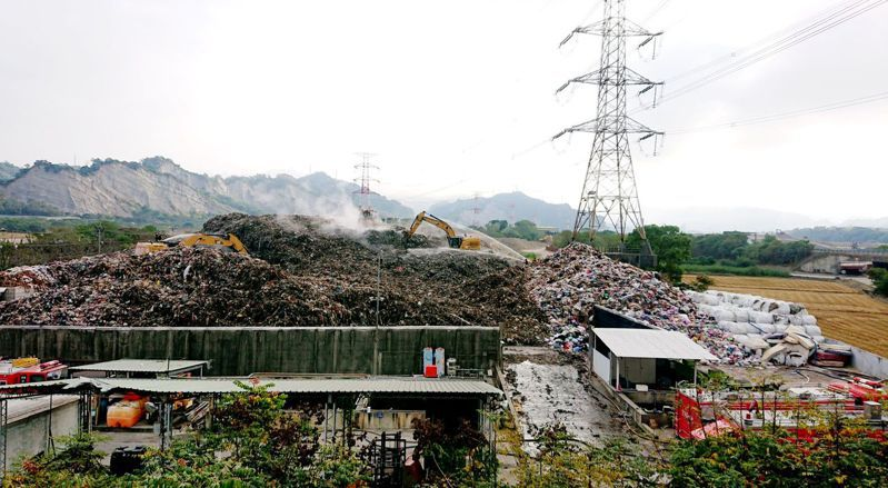 處理草屯垃圾山問題,南投縣環保局表示7天已外運908噸垃圾,行政院中辦建議應三箭齊發,利用高科技處理垃圾。圖/南投縣政府提供