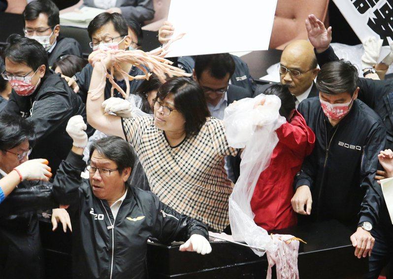 已12度遭國民黨杯葛的行政院長蘇貞昌今天上午赴立法院做施政報告,國民黨立委不滿民進黨團護航,祭出「豬內臟」攻擊。記者許正宏/攝影