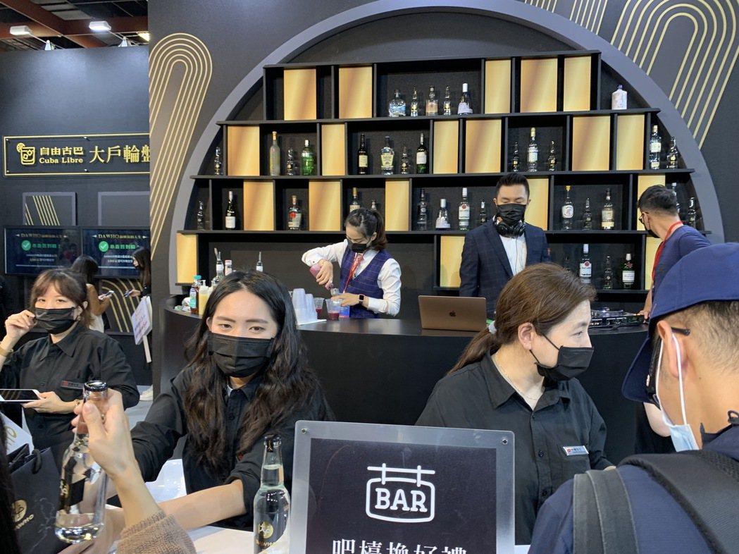 永豐銀行的展館以酒吧呈現,讓民眾一邊享用特調,一邊聽理財,學習如何當大戶。圖/仝...