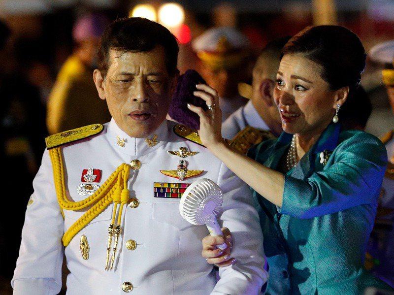 泰國國王瓦集拉隆功(左)成了學生及民眾改革的對象,右為陪同他訪視保皇黨的王后蘇媞達。歐新社