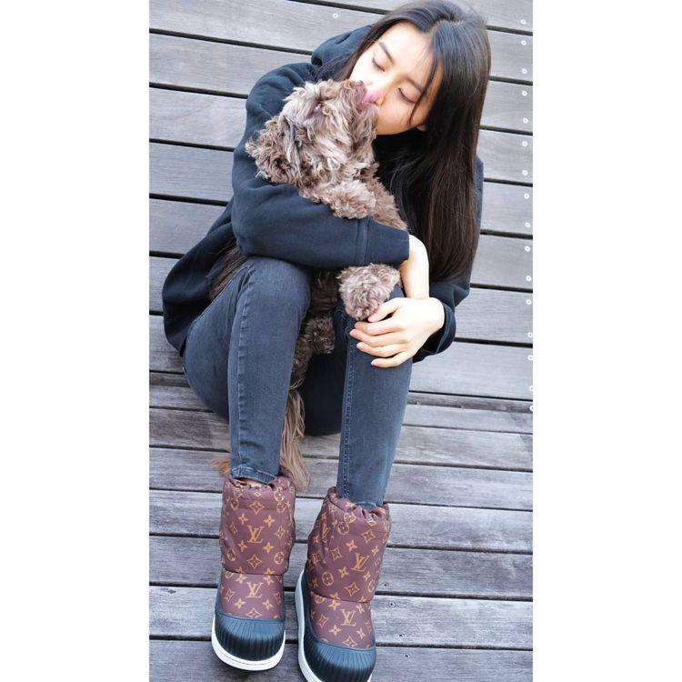 木村光希抱著Amu,穿上和汪星人同色系的可可棕色路易威登Polar平底半筒靴。圖...