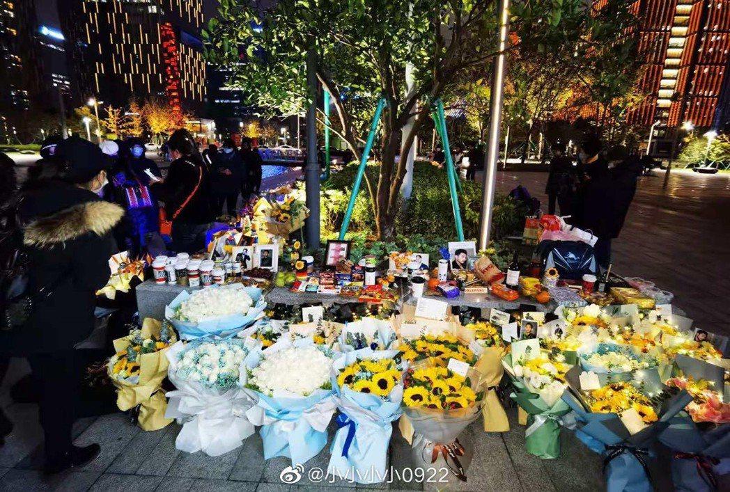 高以翔過世周年,大批粉絲前往他錄節目倒地時的花圃悼念。圖/摘自微博