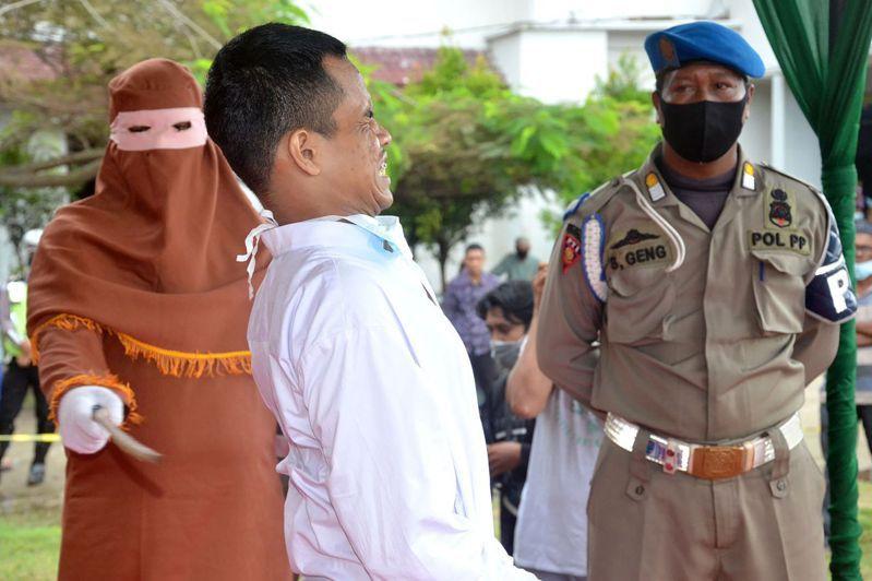 印尼亞齊省一名十九歲男子伊迪因性侵未成年,遭處一四六下鞭刑。(法新社)