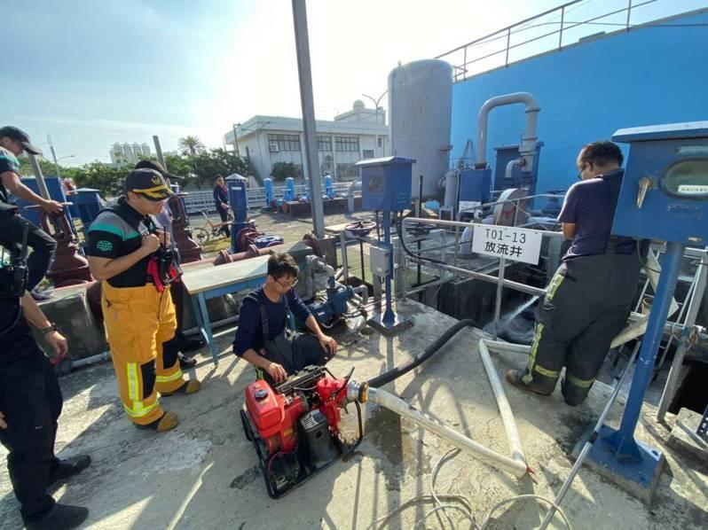 消防人員前往芳苑工業區內汙水處理廠進行消防演練並抽取放流井水源。圖/消防局提供