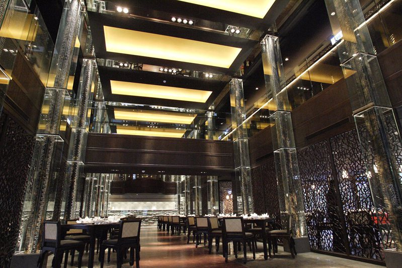 故宮晶華挑高兩層樓的客棧式用餐空間。業者提供