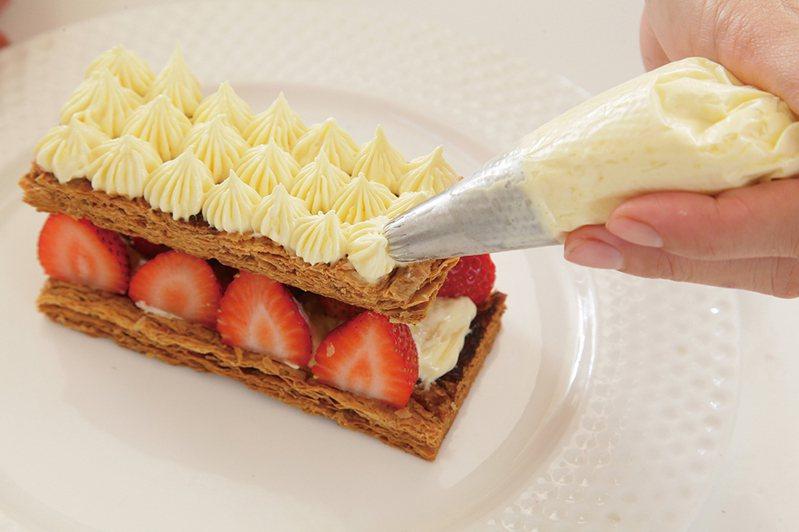 草莓千層酥是當令甜點。圖/上優文化 提供