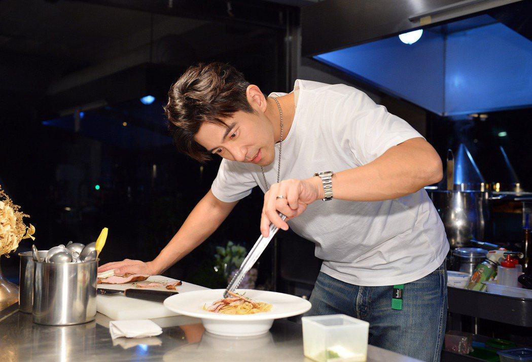 修杰楷大秀廚藝,端出一道美味「蒜香松阪豬義大利麵」。圖/TVBS提供