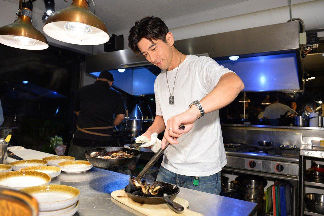 修杰楷大秀廚藝,做出「九層塔馬祖淡菜」料理。圖/TVBS提供
