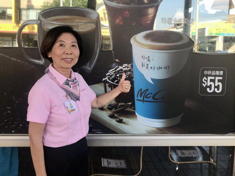 被稱為「永平阿姨」的彭楊永平,在連鎖速食餐廳工作22年,她今年已80歲仍樂在工作。記者洪敬浤/攝影