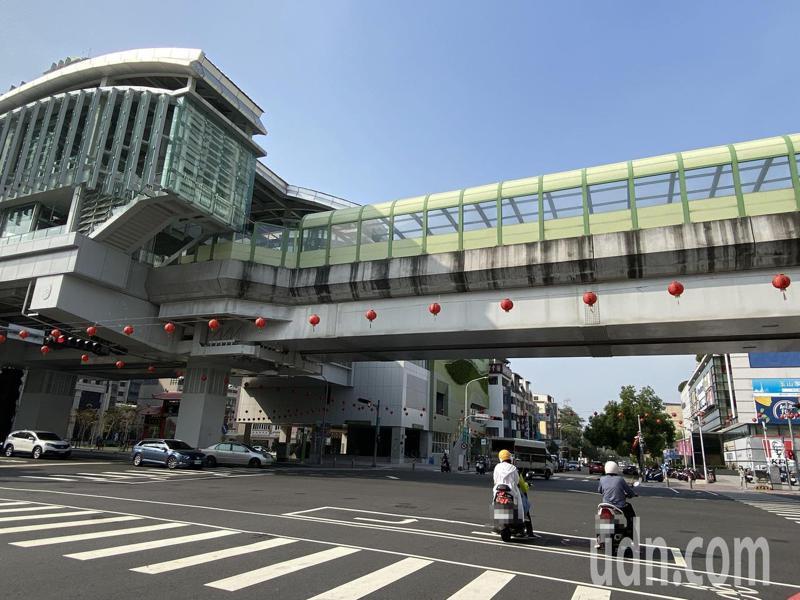 台中捷運綠線力拚下個月正式通車,有機車族認為「頂多變轉乘元年」,還是要騎機車到捷運站轉乘。記者趙容萱/攝影