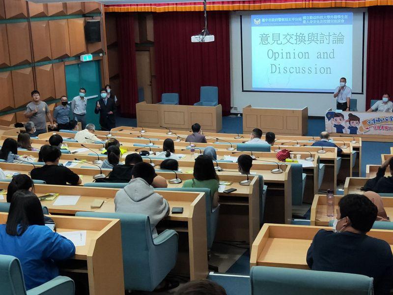台中市警局太平分局日前在勤益科大以雙語進行外籍生校園安全會議。圖/太平警分局提供