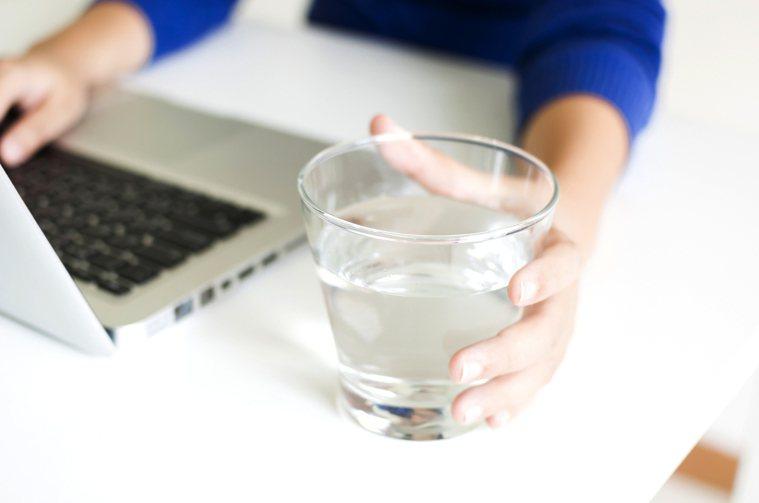 拒絕中樞型眩暈找上門,補充白開水很重要。圖/123RF