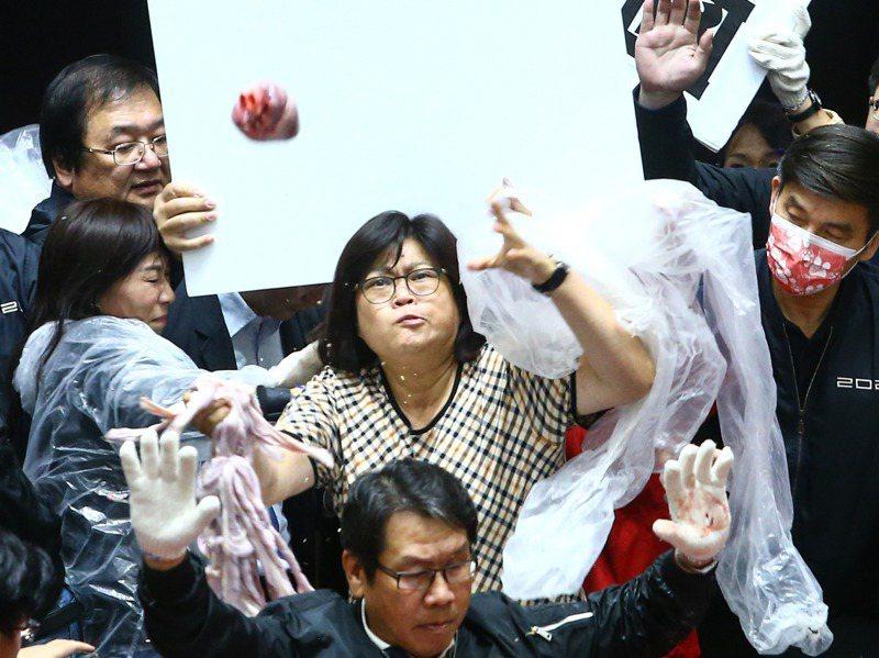 行政院長蘇貞昌赴立法院做施政報告已12度遭國民黨杯葛,今天再赴立法院報告遭國民黨立委潑豬內臟,民進黨立委王美惠為蘇貞昌擋下。記者葉信菉/攝影