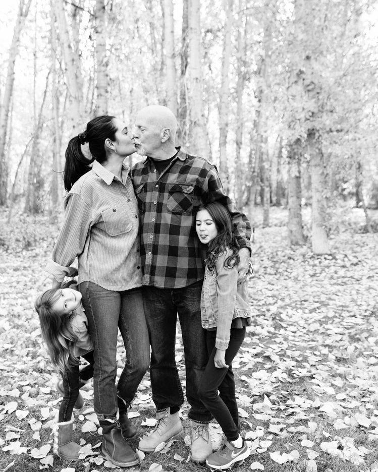 布魯斯威利(右二)和妻子艾瑪親吻,一旁則是他們的女兒。圖/摘自Instagram